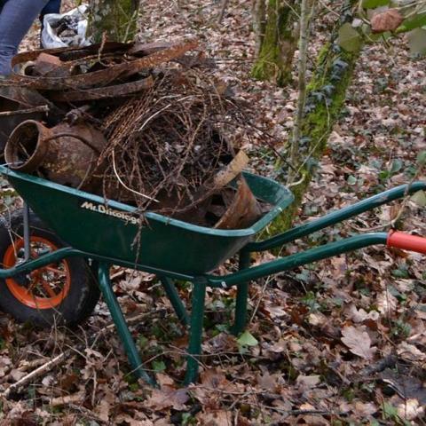 De nombreuses férailles et autres déchets sont encore présents aux abords des étangs